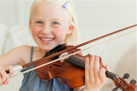 This Little Girl Loves the Violin, And She Has Good Technique!